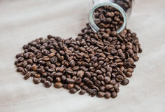 Cuore dai chicchi di caffè su fondo di legno Immagini Stock
