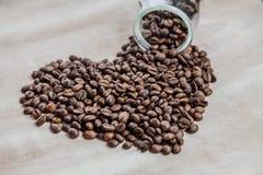 Cuore dai chicchi di caffè su fondo di legno Immagini Stock Libere da Diritti