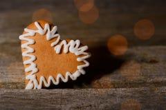 Cuore dal pan di zenzero sul bordo di legno con le riflessioni Fotografia Stock Libera da Diritti