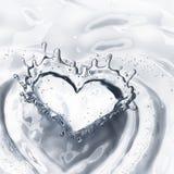 Cuore dalla spruzzata dell'acqua con le bolle isolate su bianco Immagine Stock Libera da Diritti