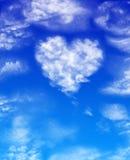 Cuore dalle nubi su un cielo blu della priorità bassa Immagini Stock