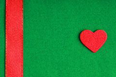 Cuore decorativo di legno rosso sul fondo verde del panno. Fotografia Stock Libera da Diritti