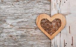 Cuore decorativo di legno sulla corteccia di betulla fotografia stock
