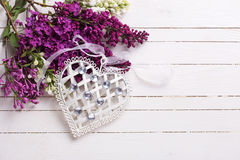 Cuore decorativo e fiori lilla su fondo di legno Immagine Stock Libera da Diritti