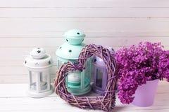 Cuore decorativo, fiori lilla e lanterne del brigh Immagine Stock Libera da Diritti