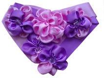 Cuore decorato con i fiori dai nastri satiny Fotografie Stock Libere da Diritti
