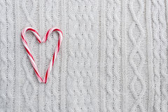 Cuore dei bastoncini di zucchero su fondo tricottato bianco Fotografie Stock Libere da Diritti