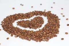 Cuore dei chicchi di caffè I chicchi di caffè sono sparsi fotografie stock libere da diritti