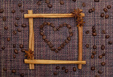 Cuore dei chicchi di caffè nel telaio dei bastoni di cannella Fotografia Stock Libera da Diritti