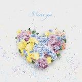 Cuore dei fiori blu e gialli il giorno dei biglietti di S. Valentino della st Fotografia Stock
