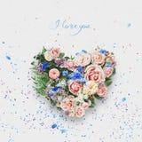 Cuore dei fiori e delle foglie il giorno dei biglietti di S. Valentino della st Fotografie Stock Libere da Diritti
