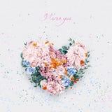 Cuore dei fiori rosa ed arancio il giorno dei biglietti di S. Valentino della st Immagine Stock