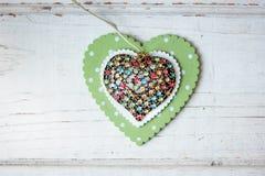Cuore dei gioielli sopra il cuore di legno sopra i precedenti di legno Immagine Stock Libera da Diritti