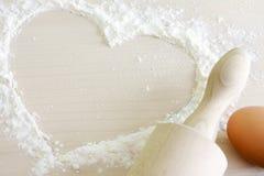 Cuore dei precedenti di cottura della farina Immagini Stock Libere da Diritti