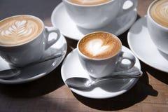 Cuore del caffè del caramello in piccola tazza di caffè Fotografie Stock Libere da Diritti