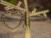 Cuore del diamante dell'oro sui precedenti vaghi Fotografia Stock