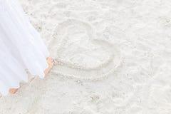 Cuore del disegno sulla sabbia Fotografie Stock Libere da Diritti