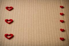 Cuore del feltro sul fondo del cartone Fotografia Stock