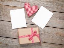Cuore del giocattolo di giorno di biglietti di S. Valentino, strutture in bianco della foto e contenitore di regalo Immagini Stock