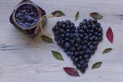 Cuore del mirtillo su fondo di legno; Simbolo sano di vita; Blueb Immagini Stock