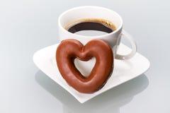 Cuore del pan di zenzero alla tazza di caffè Immagini Stock