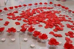 Cuore del petalo di Rosa con le candele Fotografia Stock Libera da Diritti