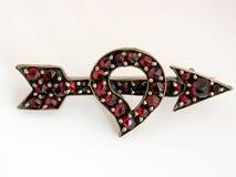 Cuore dell'oggetto d'antiquariato e brooch della freccia Fotografia Stock Libera da Diritti