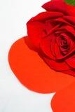 Cuore della carta e della rosa rossa Fotografie Stock Libere da Diritti