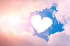Cuore della nuvola nel cielo nelle nuvole e nel sole fotografie stock libere da diritti