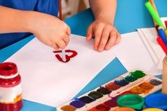 Cuore della pittura del bambino nella classe di scuola di arte Festa di giorno di madre Fotografia Stock Libera da Diritti