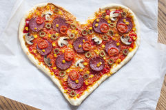 Cuore della pizza a forma di con le merguez Immagini Stock Libere da Diritti
