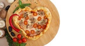 Cuore della pizza a forma di su legno fotografia stock libera da diritti