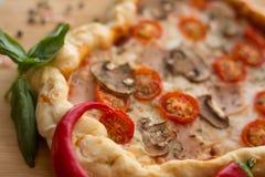 Cuore della pizza a forma di su legno fotografie stock