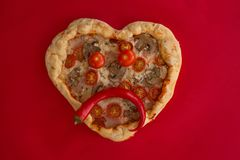Cuore della pizza a forma di su rosso immagine stock libera da diritti