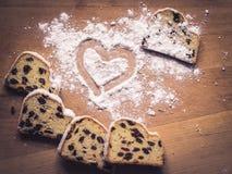 Cuore della polvere del dolce e dello zucchero di Stollen Fotografie Stock