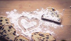 Cuore della polvere del dolce e dello zucchero di Stollen Fotografie Stock Libere da Diritti