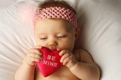 Cuore della stretta del bambino del biglietto di S. Valentino Immagine Stock