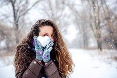 Cuore della tenuta della donna fatto di neve Fotografie Stock Libere da Diritti