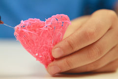 Cuore della tenuta della mano dei bambini che è fatto con la penna 3D Vista superiore Copi lo spazio per testo Fuoco selettivo Fotografie Stock Libere da Diritti
