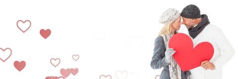 Cuore della tenuta delle coppie dei biglietti di S. Valentino con il fondo dei cuori di amore Fotografia Stock Libera da Diritti