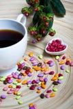 Cuore delle caramelle e della tazza di caffè Fotografia Stock