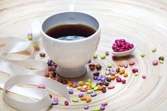 Cuore delle caramelle e della tazza di caffè Immagine Stock
