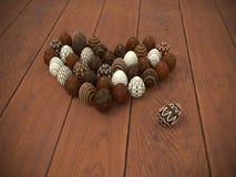 Cuore delle uova di Pasqua del cioccolato sul pavimento di legno marrone Immagine Stock Libera da Diritti