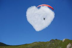 Cuore di amore sul cielo blu Fotografie Stock Libere da Diritti