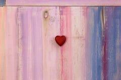 Cuore di amore sul fondo dipinto del bordo fotografia stock