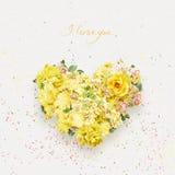 Cuore di bei fiori gialli il giorno dei biglietti di S. Valentino della st Immagini Stock