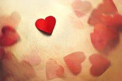 Cuore di carta del biglietto di S. Valentino nel movimento Fotografia Stock