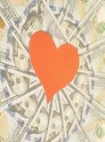 Cuore di carta rosso e cento fondi delle banconote in dollari Immagini Stock