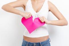 Cuore di carta strappante della donna affranta Fotografia Stock Libera da Diritti