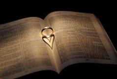 Cuore di cerimonia nuziale dell'anello Immagine Stock